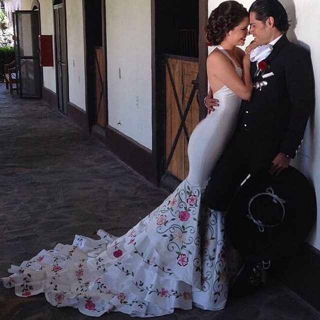 New Arrival Halter Wedding Dresses Bridal Gown with Embroidery